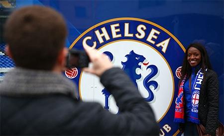 Một cổ động viên của Chelsea chụp ảnh trước SVĐ Stamford Bridge