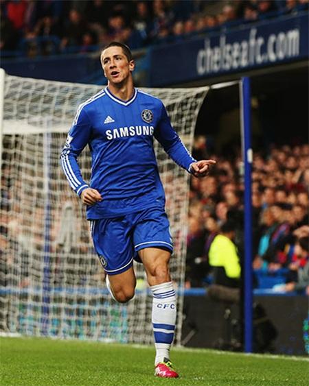 Torres tận dụng cơ hội sau tình huống sút bóng từ xa của Willians để có được bàn mở tỉ số