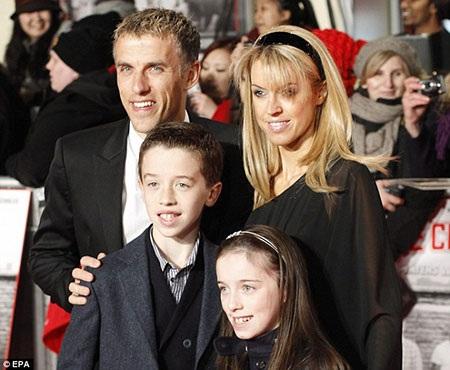 Neville đến buổi họp báo ra mắt phim cùng ra đi
