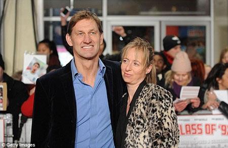 Cựu thủ quân Arsenal Tony Adams và bạn gái Poppy Teacher cũng đến góp vui