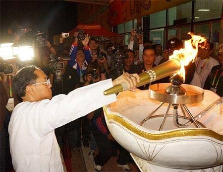 Ngọn lửa được lấy từ đài lửa đặt ở bên ngoài SVĐ Thuwunna, SVĐ chính tại Yangon