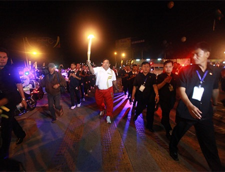 Rất đông các quan chức chính phủ, học sinh, cựu VĐV tham dự lễ rước đuốc