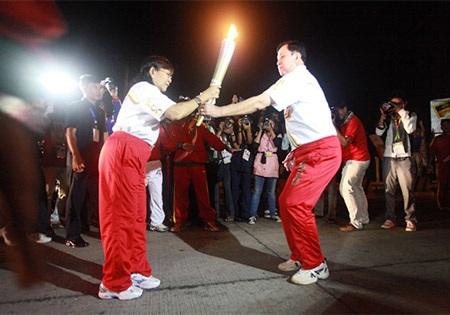 ...đã lần truyền tay nhau để ngọn lửa SEA Games chạy quanh Yangon
