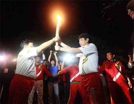 Hai người có vinh dự trao nhau ngọn đuốc SEA Games 27