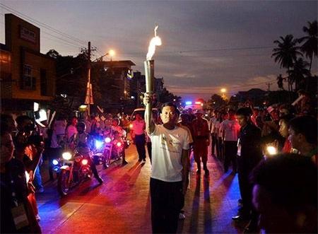 Đông đảo người dân tại Yangon đổ ra đường chứng kiến lễ rước đuốc, và họ tỏ ra rất có ý thức