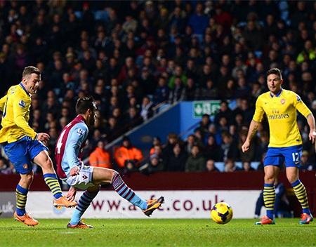 Cầu thủ của Aston Villa phải rời sân bằng cáng và thở bình oxy