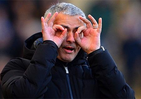 Mourinho chế giễu trọng tài cần mở to mắt hơn để nhìn các tình huống