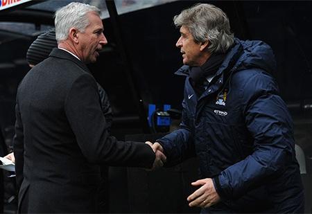 Hai chiến lược gia bắt tay nhau trước giờ bóng lăn