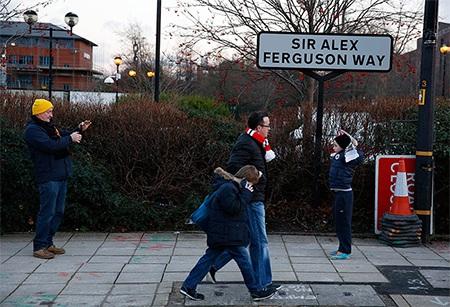 Cổ động viên MU dạo bước trên con đường mang tên Alex Ferguson