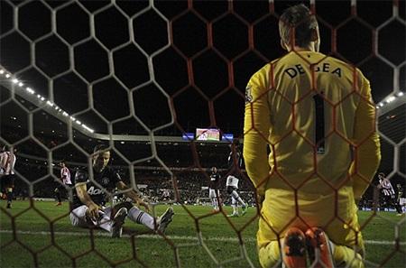 Phút bù giờ thứ 2, Giggs đá phản lưới nhà giúp đội chủ nhà mở tỉ số