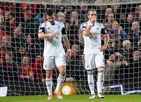 Sự buồn bã của các cầu thủ Swansea, họ đã không thể có lần thứ 2 gây sốc tại Old Trafford