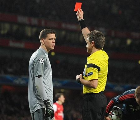 Szczesny nhận thẻ đỏ ở phút 38