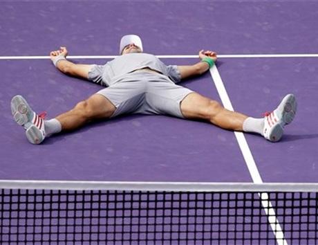Niềm vui của Djokovic sau pha đánh quyết định để giành chiến thắng