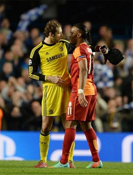 Cech và Drogba nói chuyện với nhau sau trận, hai người tới Chelsea cùng năm 2004