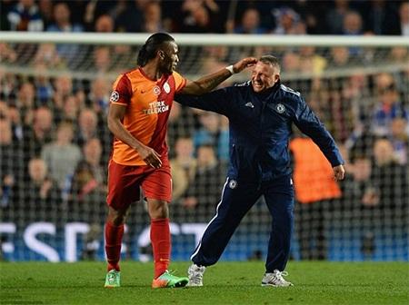 Người chăm sóc mặt cỏ sân Stamford Bridge cũng tranh thủ ra nói chuyện với Drogba sau trận đấu