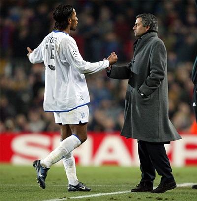 Drogba phân bua với Mourinho khi anh phải nhận thẻ đỏ trong trận chiến với Barcelona
