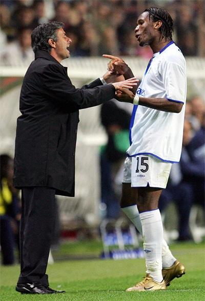 Drogba chia vui với Mourinho khi ghi bàn thắng ấn định chiến thắng 3-0 cho Chelsea ở Paris năm 2004