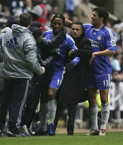 Drogba ăn mừng sau khi ghi bàn mở tỉ số vào lưới Newcastle ở tứ kết League Cup