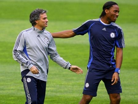 Mourinho cười đùa với Drogba trên sân tập trước trận gặp Valencia ở tứ kết Champions League 2007