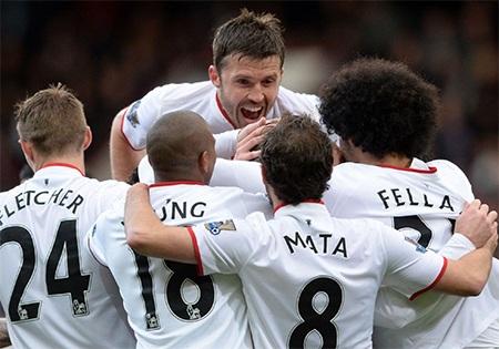 Các cầu thủ MU chia vui cùng Rooney
