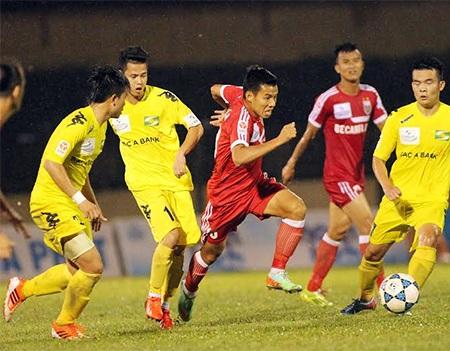 Cầu thủ Bình Dương đi bóng trong vòng vây của các cầu thủ SL Nghệ An, ảnh: Minh Phương
