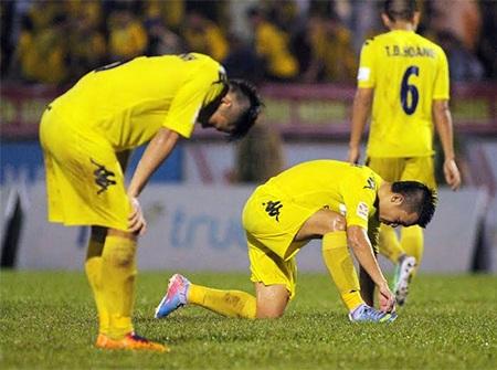Nỗi buồn sau khi bị thủng lưới của các cầu thủ SL Nghệ An, ảnh: Minh Phương