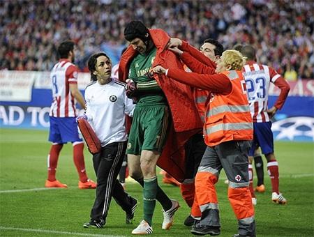 Thủ thành người CH Séc đã phải nhăn nhó rời sân