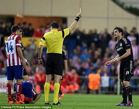 Cahill chút nữa đã mở tỉ số sau tình huống dứt điểm từ quả phạt góc của đội khách