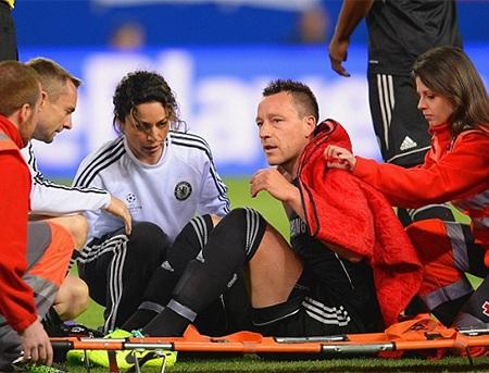 Trung vệ đội trưởng Chelsea phải nhờ tới sự chăm sóc y tế, thậm chí cáng cũng đã được đưa vào sân