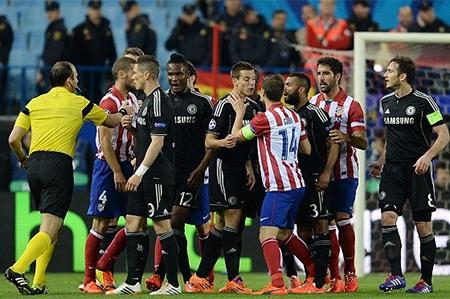 Cầu thủ hai đội xung đột sau một pha va chạm