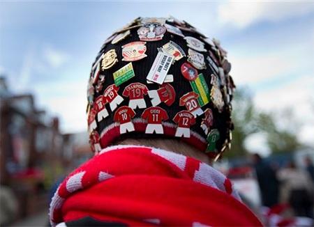 Một cổ động viên với chiếc mũ đặc biệt