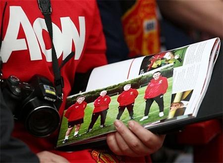 Một cổ động viên đến sân với quyển tạp chí có 4 cầu thủ thuộc thế hệ vàng (có Giggs)