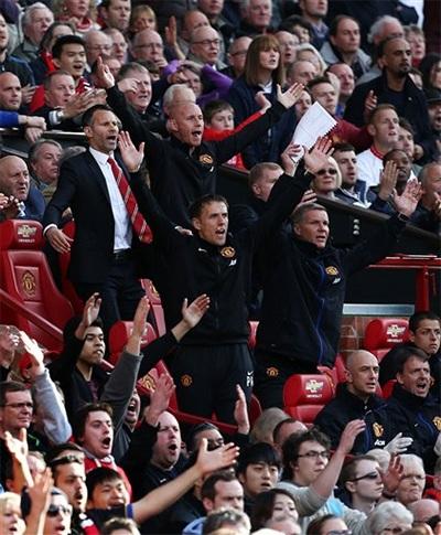 Niềm vui của Giggs khi đội bóng ghi bàn.