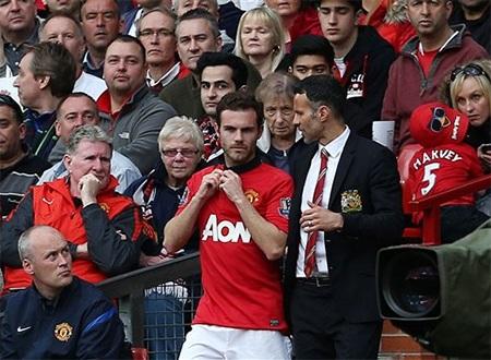 Giggs nói chuyện với Mata trước khi tung anh vào sân