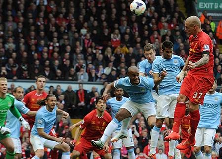 Khi vừa qua nửa hiệp thi đấu thứ nhất, Skrtel trừng phạt sai lầm của hàng thủ Man City