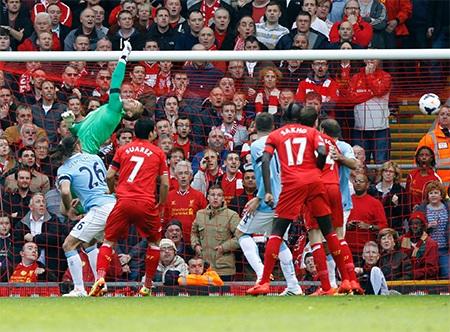 Kompany không kèm hậu vệ của Liverpool và để cầu thủ này đánh đầu tung lưới Man City