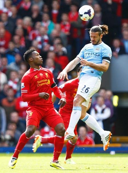Hàng thủ già nua của Man City liên tục chao đảo trước sức công mạnh mẽ của Liverpool