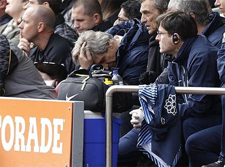 Pellegrini ôm đầu chán nản ở trên băng ghế chỉ đạo với thất bại tai hại này
