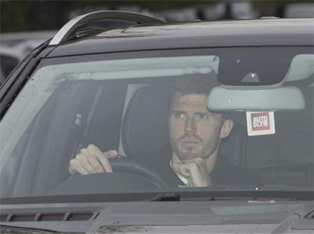 Tiền vệ Carrick trầm ngâm đến sân