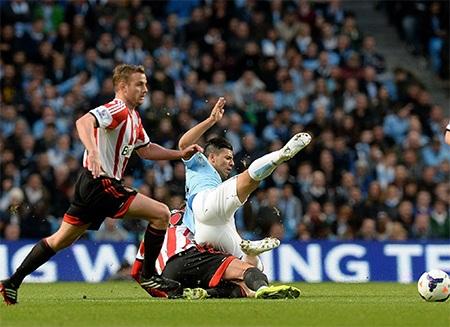 Aguero mới trở lại sau chấn thương và anh bị các hậu vệ Sunderland chăm sóc rất kỹ