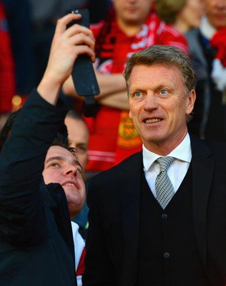 Moyes tươi cười chụp ảnh với người hâm mộ trước trận đại chiến giữa hai đội
