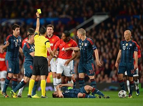 Trận đấu diễn ra quyết liệt. Trọng tài rút thẻ vàng phạt Valencia sau pha phạm lỗi với Lahm