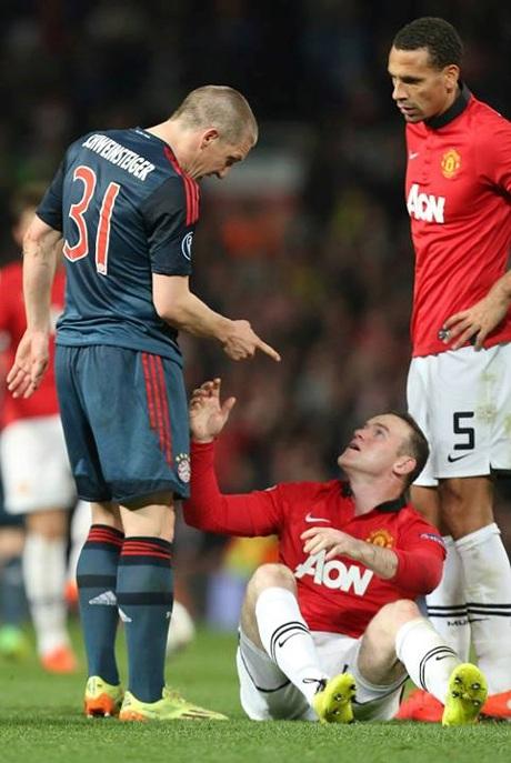 Về cuối trận, Schweinsteiger phàn nàn với Rooney việc cầu thủ này ngã sau va chạm với anh...