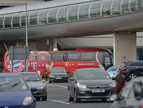 Sau một hồi vất vả, cuối cùng chiếc xe buýt chở Bayern Munich cũng lăn bánh để về khách sạn