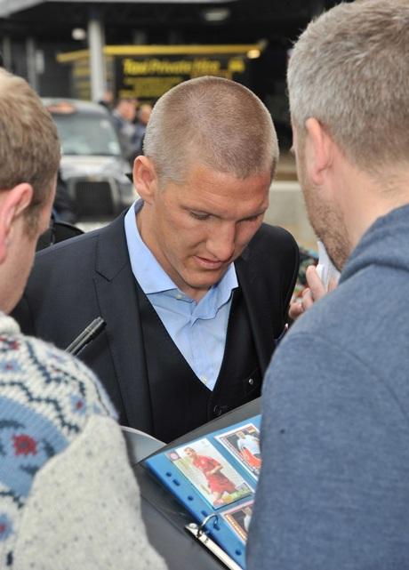 Bastian Schweinsteiger bị kìm chân trong vòng vây của các cổ động viên