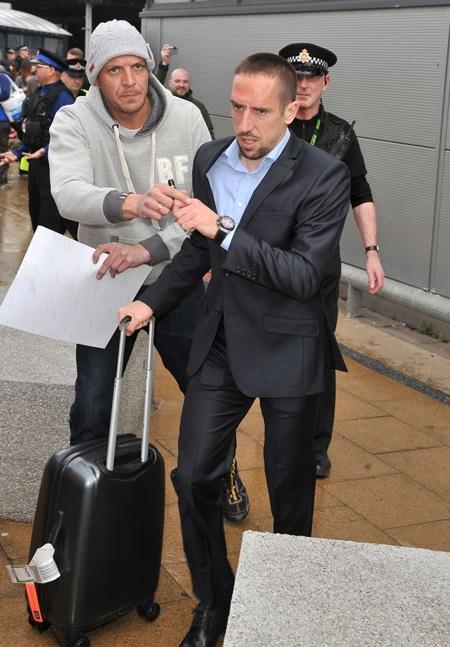 Một người hâm mộ với theo để xin chữ kí của Ribery