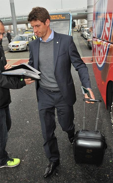 Tiền đạo người Đức Thomas Muller kí tặng người hâm mộ trước khi lên xe