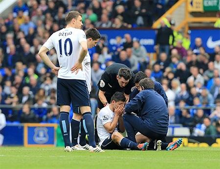 Aguero gặp phải chấn thương và rời sân ở phút 28