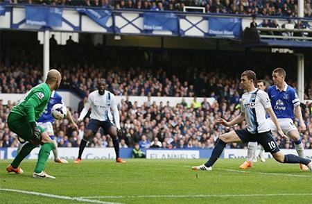 Ngay khi vừa bước vào hiệp 2, Dzeko đã giúp Man City vươn lên dẫn 3-1