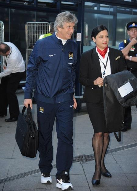 Một hướng dẫn viên đi cùng huấn luyện viên Pellegrini